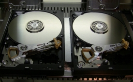 Due dischi Western Digital in attesa di sostituzione testine in camera bianca
